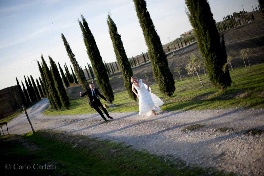 bride groon long a cypresses in tuscany