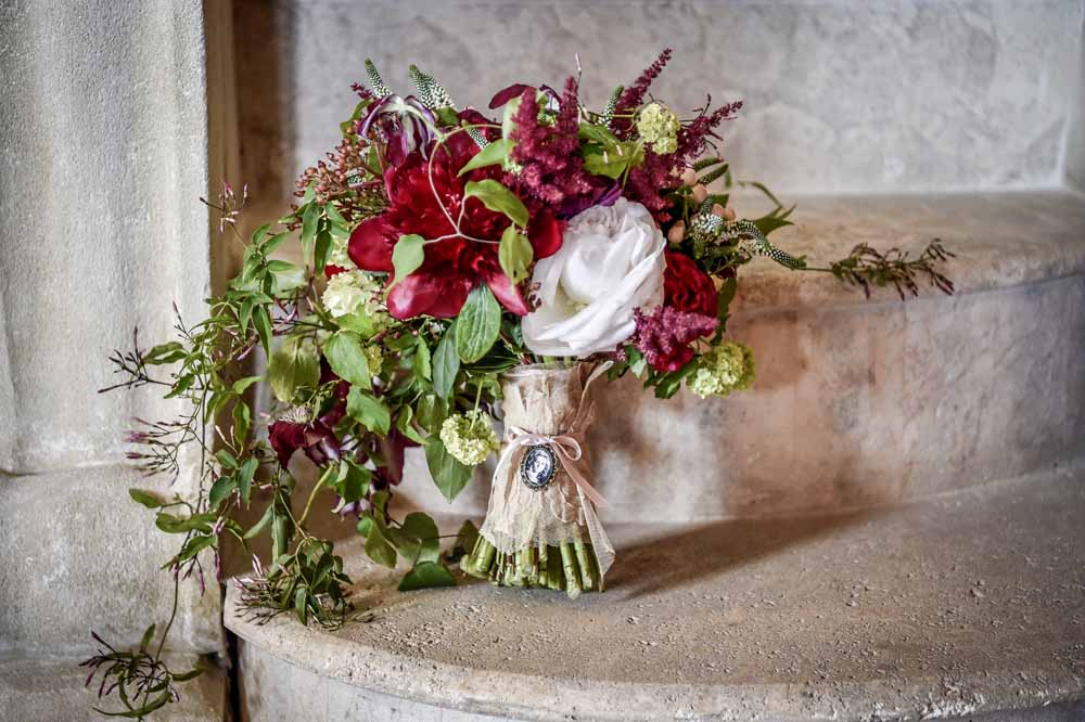 red boquet wedding tuscany San Galgano